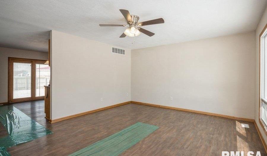 201 COMMONWEALTH Avenue, Kincaid, IL 62540 - 2 Beds, 1 Bath